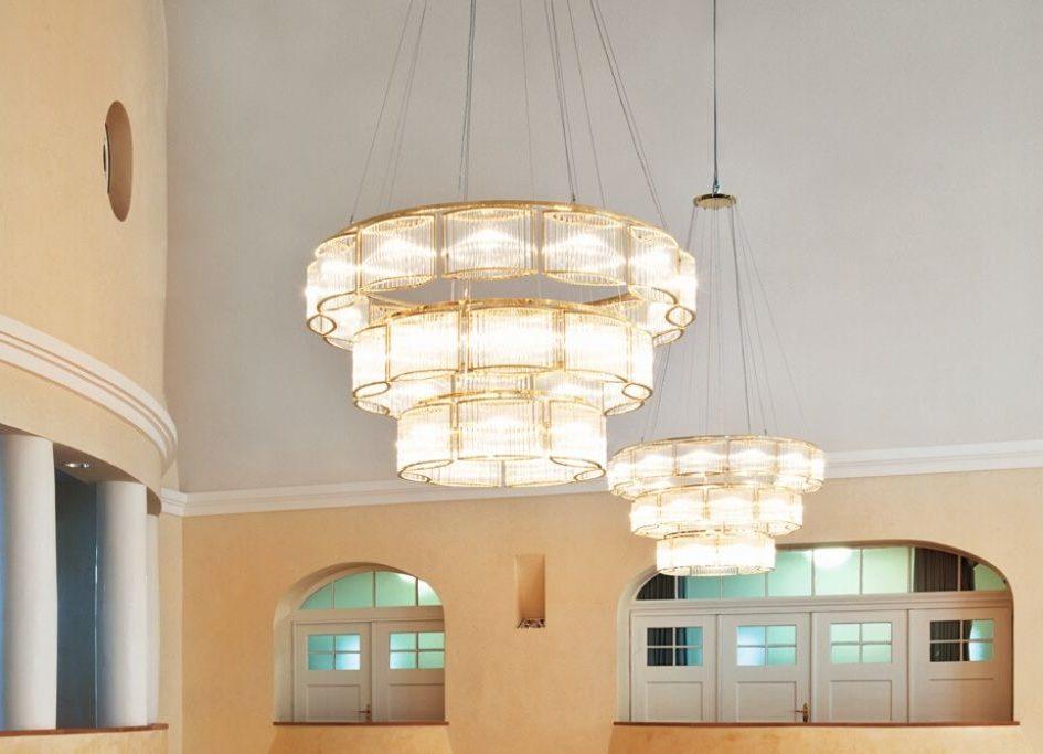 Lustre monunemental Stilio de chez Licht im Raum pour éclairer de grands espaces à découvrir chez Studio19